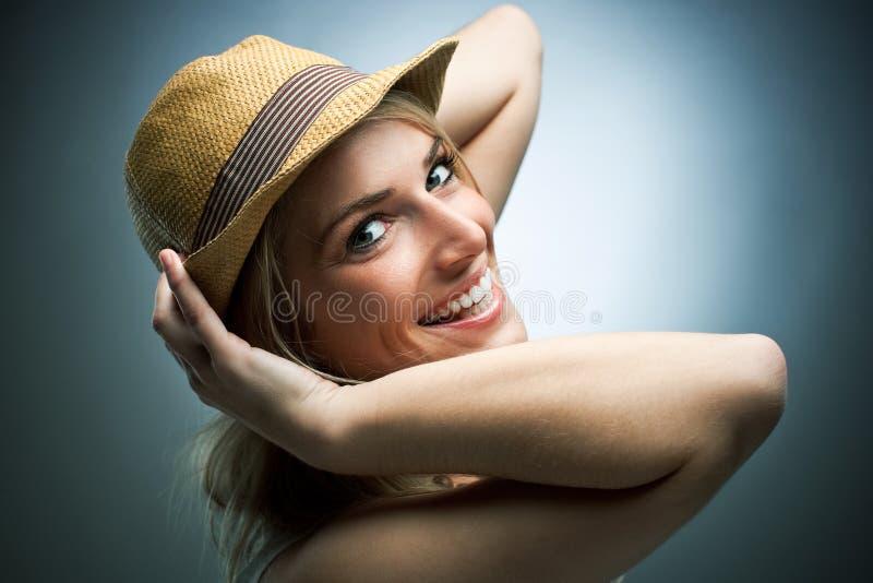 Lachende charismatische jonge vrouw royalty-vrije stock afbeelding