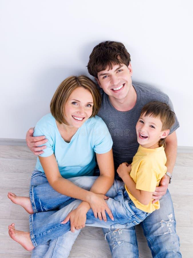 Lachende Familie mit dem Jungen high-angle lizenzfreie stockfotografie