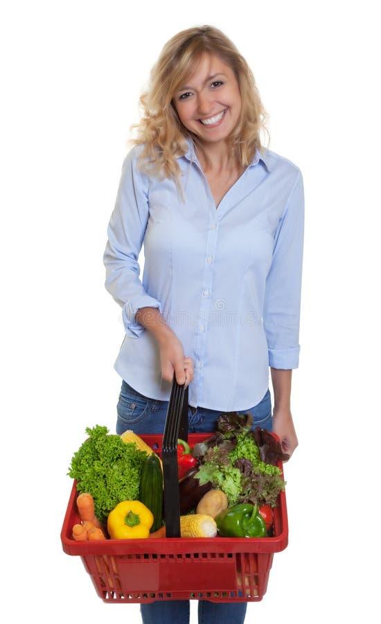 Lachende Frau mit dem blonden Haar gesundes Lebensmittel kaufend stockbild