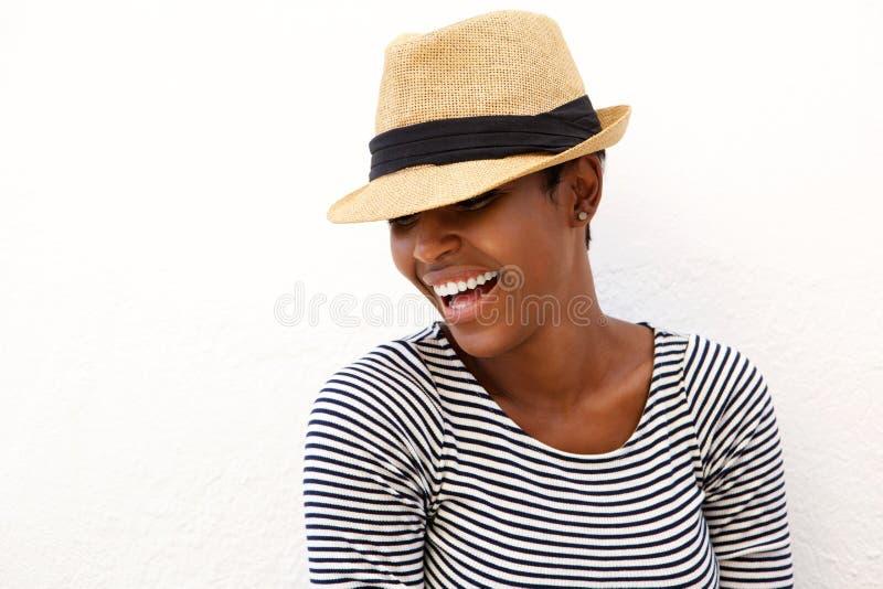 Lachende Frau mit Hut lizenzfreie stockfotos