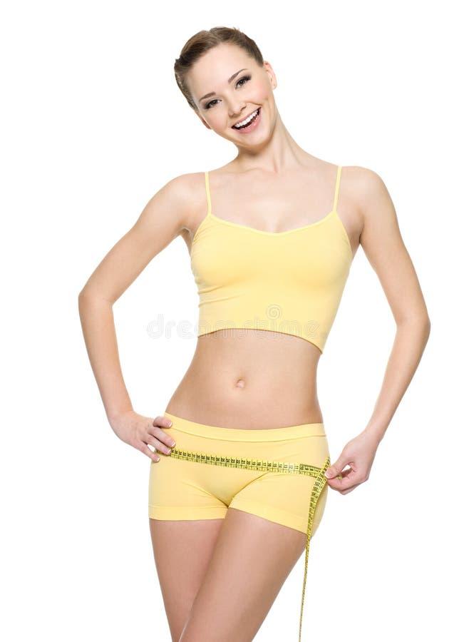 Lachende Frau mit messenden Hüften der Gesundheitskarosserie lizenzfreies stockfoto