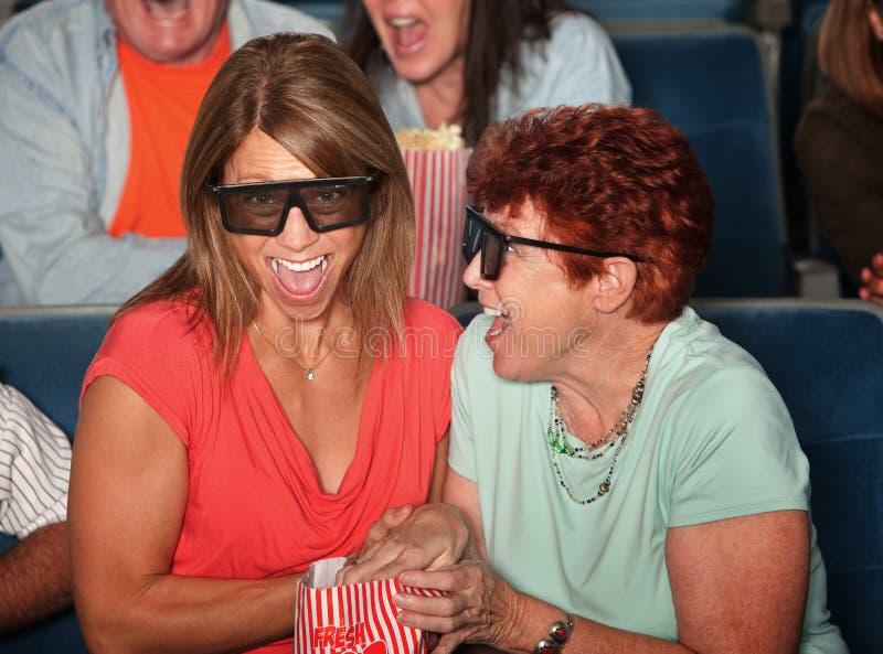 Lachende Frauen im Theater lizenzfreies stockfoto
