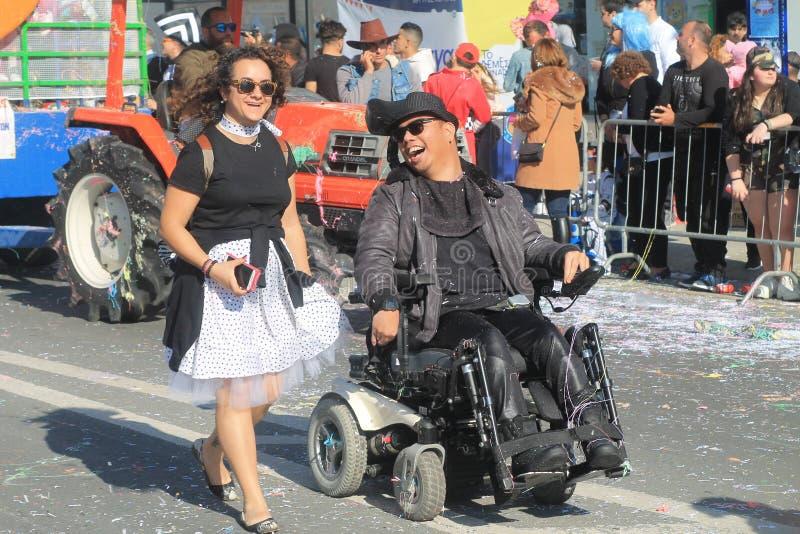 Lachende gehandicapte mens en zijn metgezel royalty-vrije stock foto's