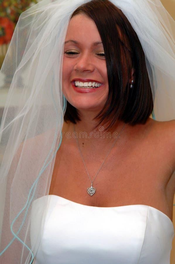 Lachende gelukkige bruid stock fotografie