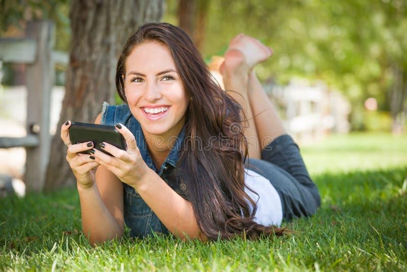 Lachende Gemengde Rastiener Vrouwelijke Texting op Haar Slimme Telefoon royalty-vrije stock fotografie