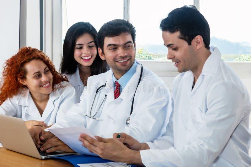 Lachende groep artsen en verpleegsters bij het ziekenhuis royalty-vrije stock foto