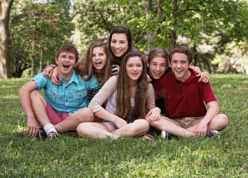 Lachende Groep van Zes Tienerjaren royalty-vrije stock foto