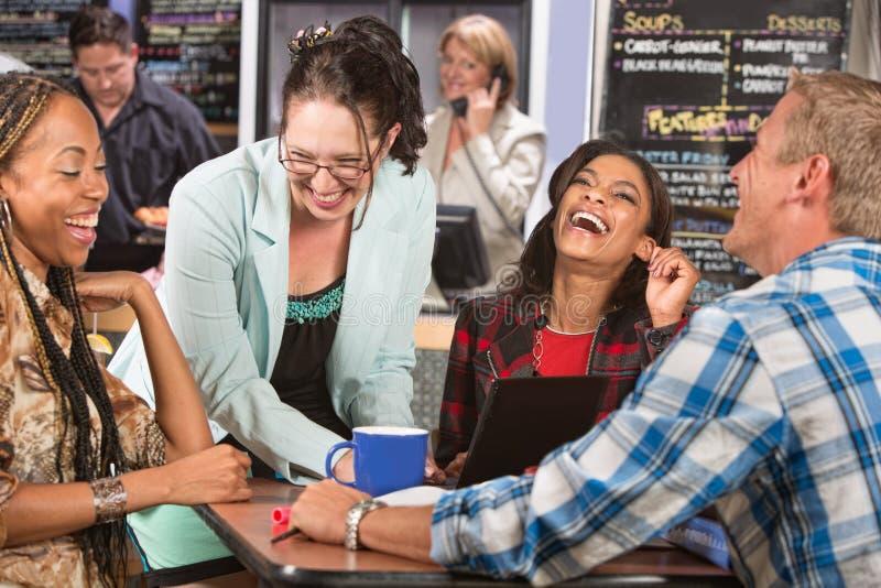 Lachende Gruppe Studenten stockbild