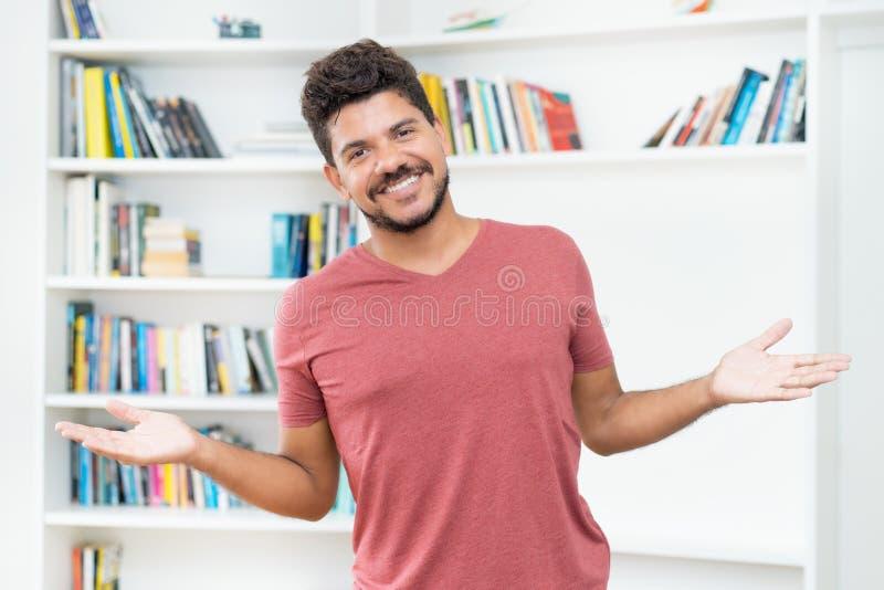 Lachende hispanische hipster man met baard royalty-vrije stock fotografie