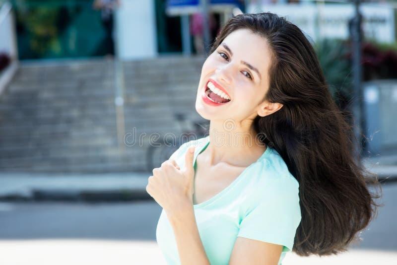 Lachende Italiaanse vrouw die duim tonen royalty-vrije stock fotografie