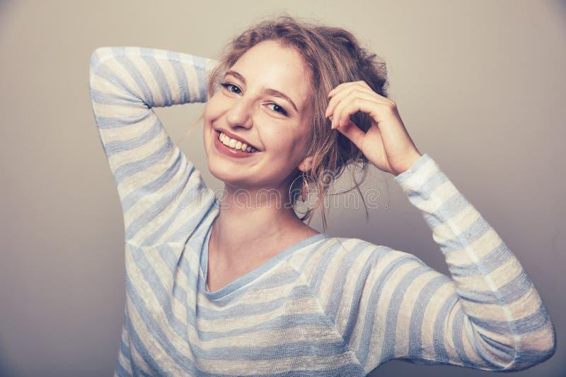 Lachende jonge vrouw met blond haar royalty-vrije stock foto's