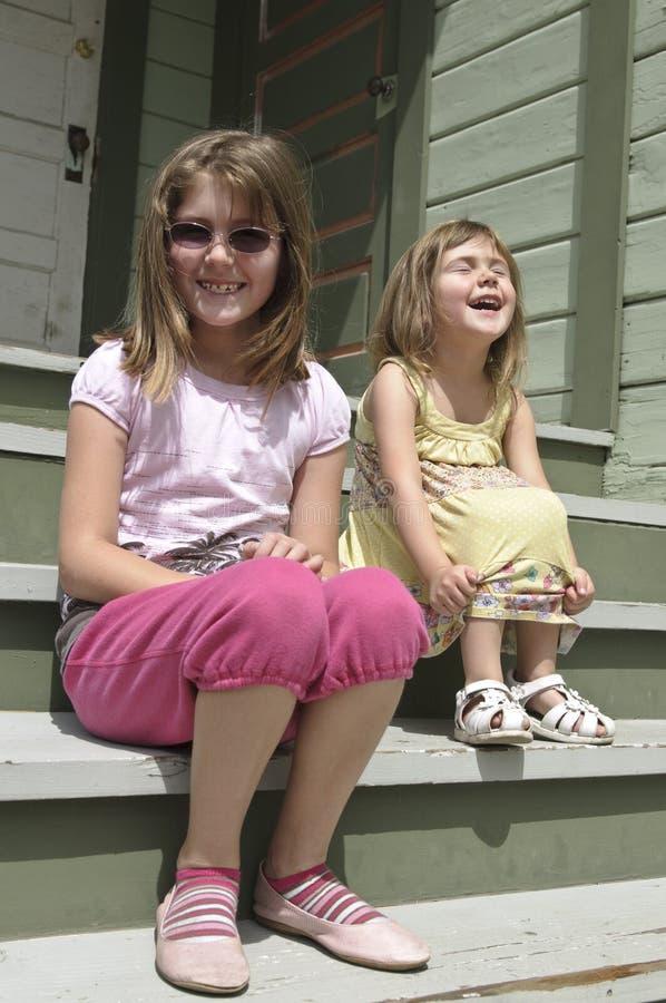 Lachende jonge zusters stock afbeelding