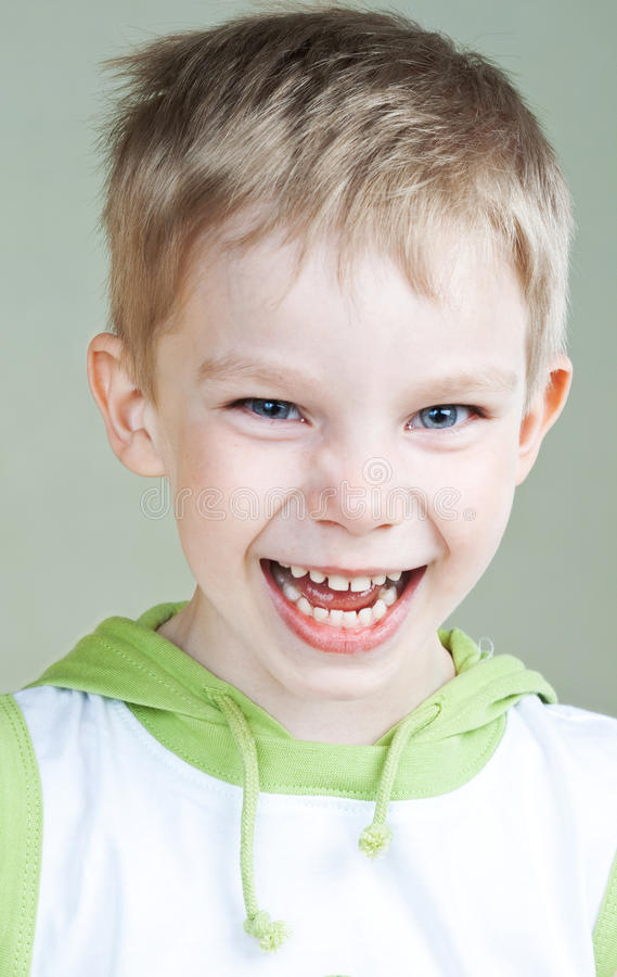 Lachende jongen stock foto's