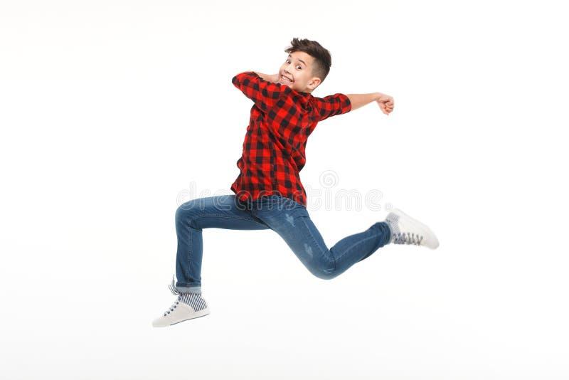 Lachende jongen die in gedrang springen stock afbeeldingen