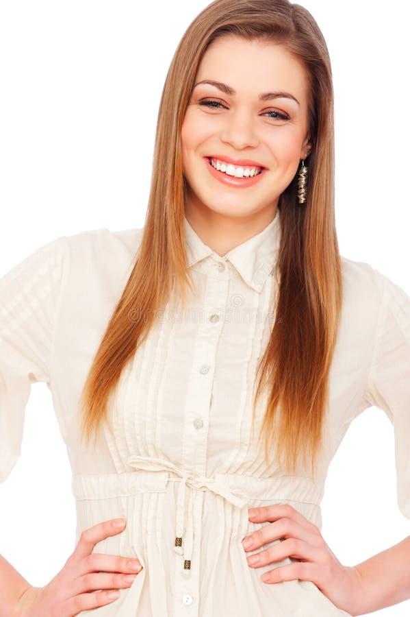 Lachende junge Frau in der weißen Bluse lizenzfreies stockbild