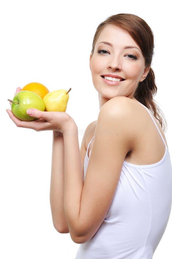 Lachende junge Frau mit Früchten lizenzfreie stockbilder