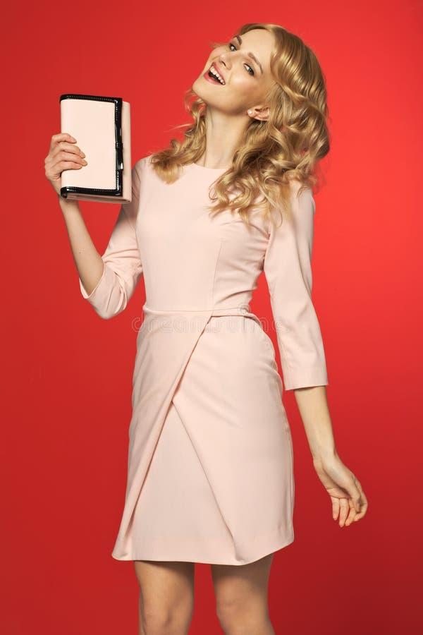 Lachende junge Frau mit Handtasche lizenzfreie stockbilder