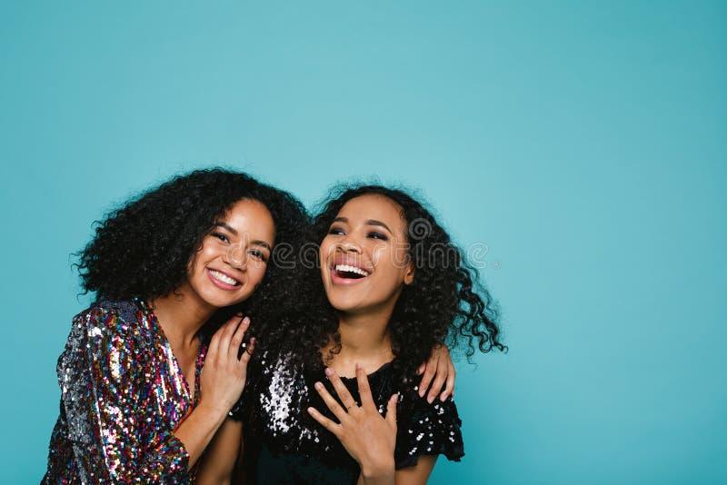 Lachende junge Frauen in der stilvollen Kleidung stockfotografie