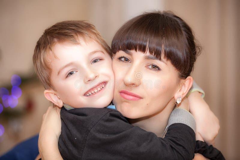 Lachende junge Mutter mit Sohn stockfotografie