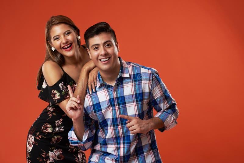 Lachende junge Paare stockbild