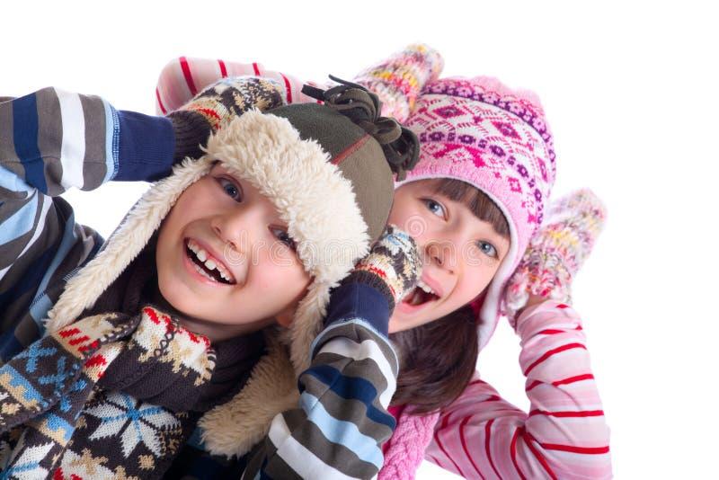 Lachende Kinder im Winter stockfoto