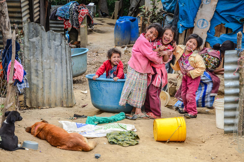 Lachende Kinderen die in Armoede in Guatemala leven stock foto