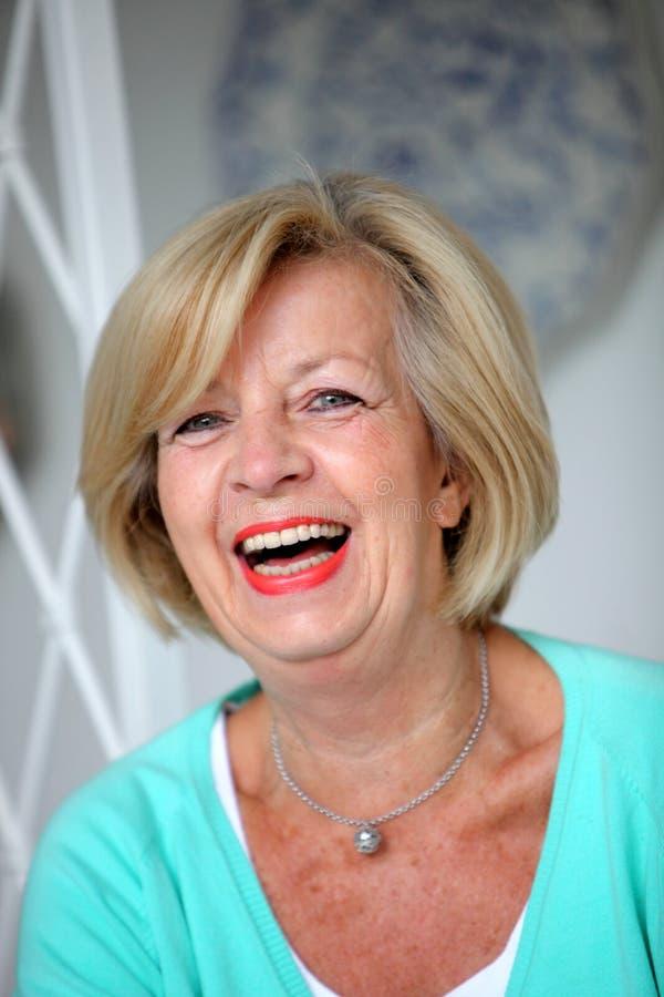 Lachende lebhafte ältere Frau stockbild
