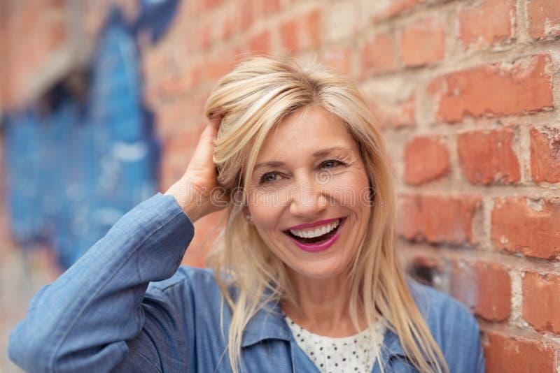 Lachende levendige vrouw op middelbare leeftijd stock foto