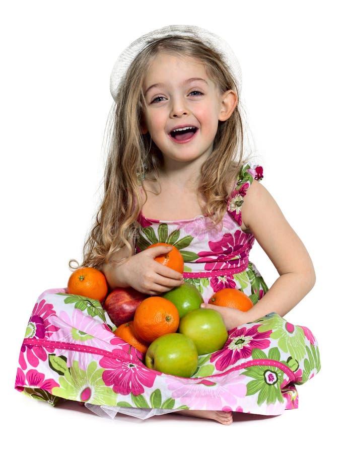 Lachende Mädchen Whit Äpfel und Orange lizenzfreie stockbilder