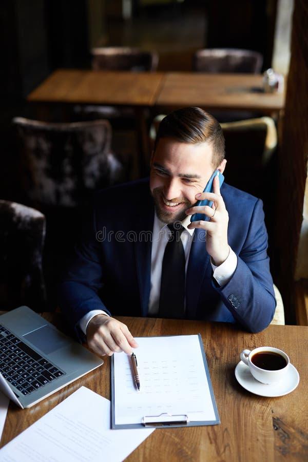 Lachende manager die op mobiele telefoon spreken royalty-vrije stock fotografie