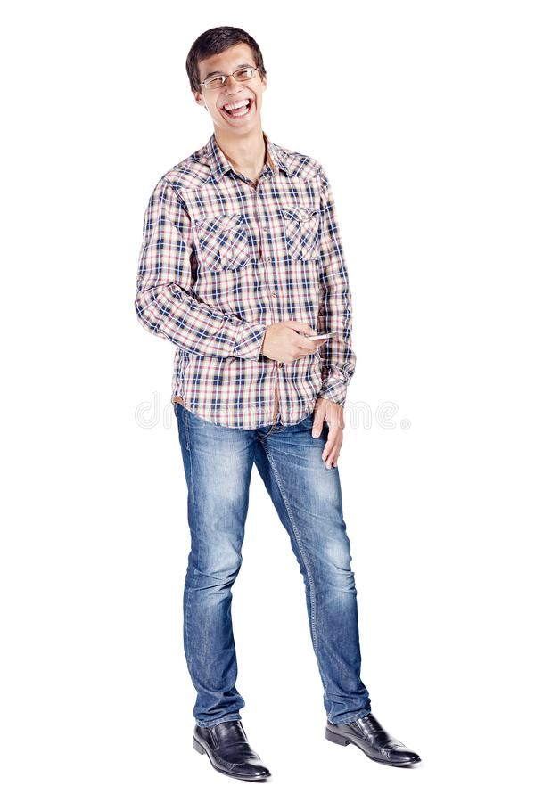 Lachende mens met telefoon volledig lichaam stock foto