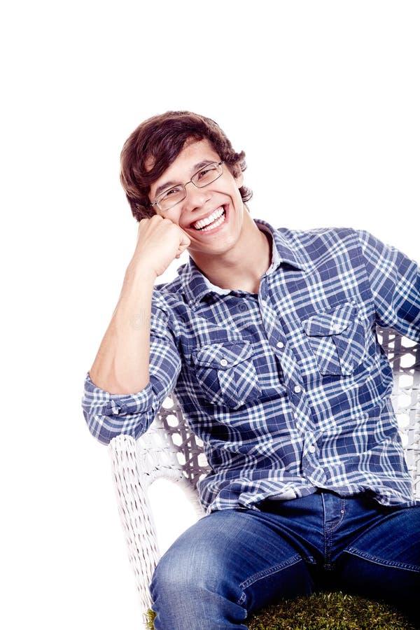 Lachende mens op stoel stock afbeeldingen
