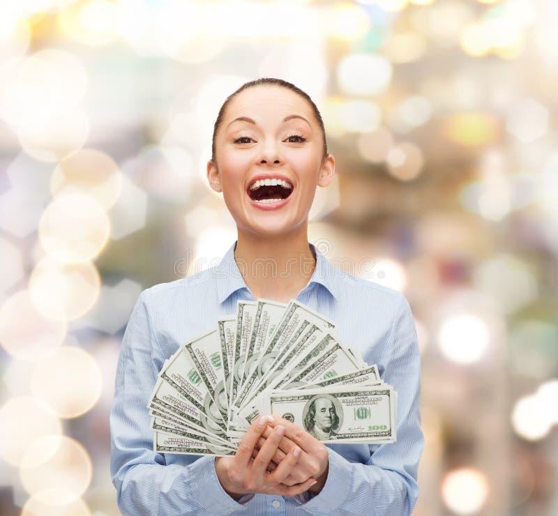 Lachende onderneemster met het geld van het dollarcontante geld stock afbeeldingen