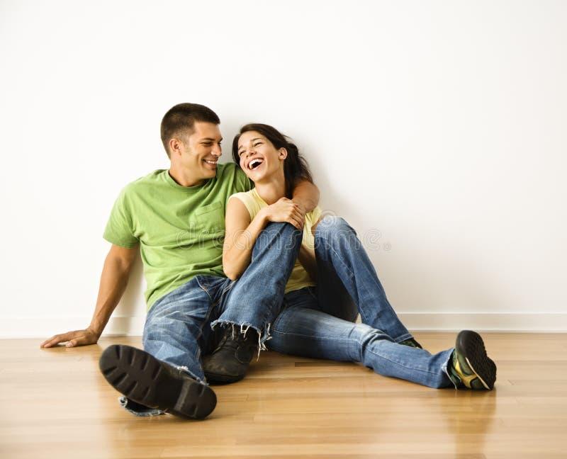 Lachende Paare. lizenzfreies stockfoto