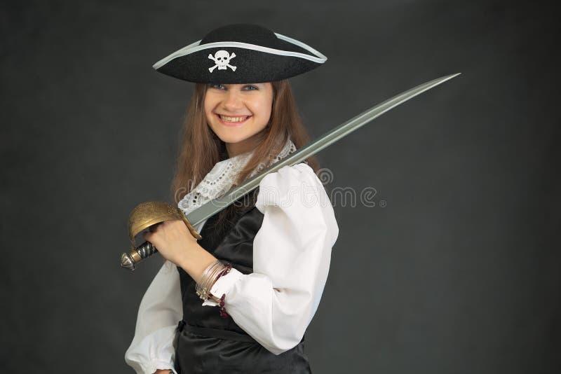 Lachende piraat in hoed die met sabel wordt bewapend stock fotografie