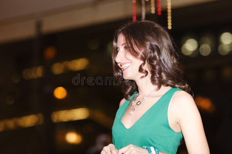 Lachende schöne junge Frau in einem Verein lizenzfreie stockfotos
