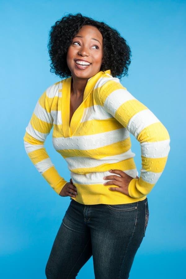 Lachende schwarze Frau lizenzfreie stockfotos