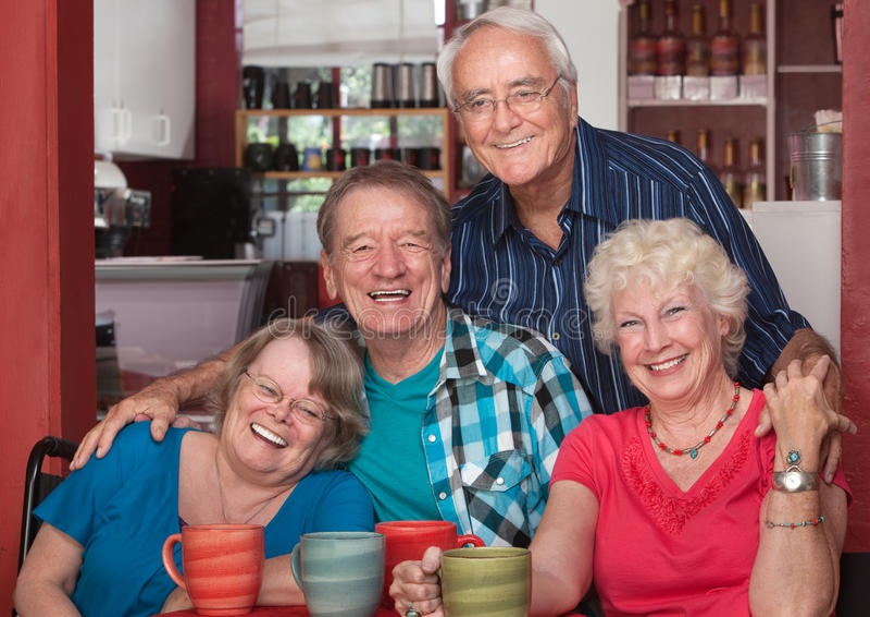 Lachende Senioren im Café lizenzfreies stockbild