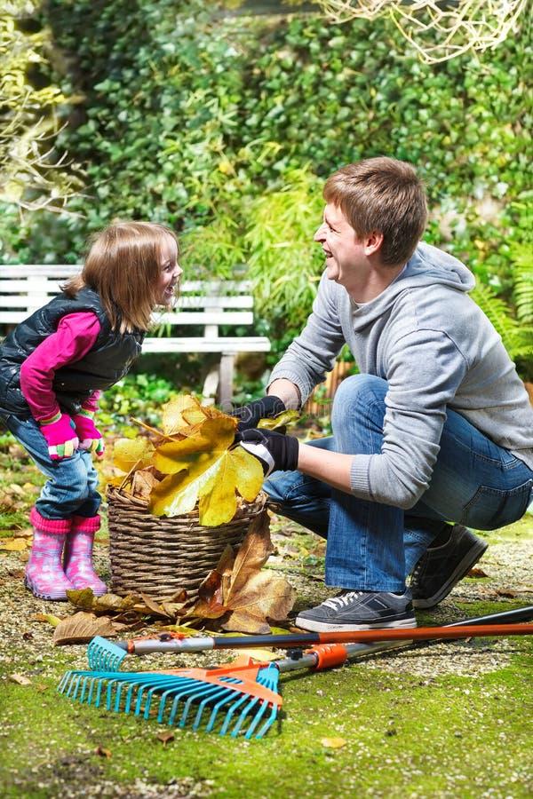 Lachende vader en dochter royalty-vrije stock afbeeldingen