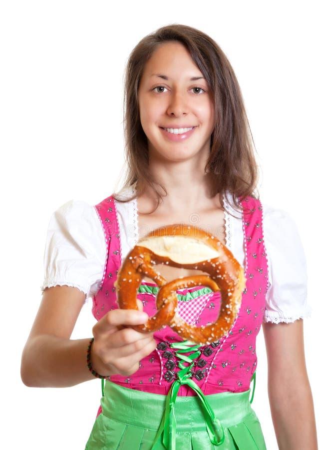 Lachende vrouw met bruin haar en pretzel van Beieren royalty-vrije stock foto