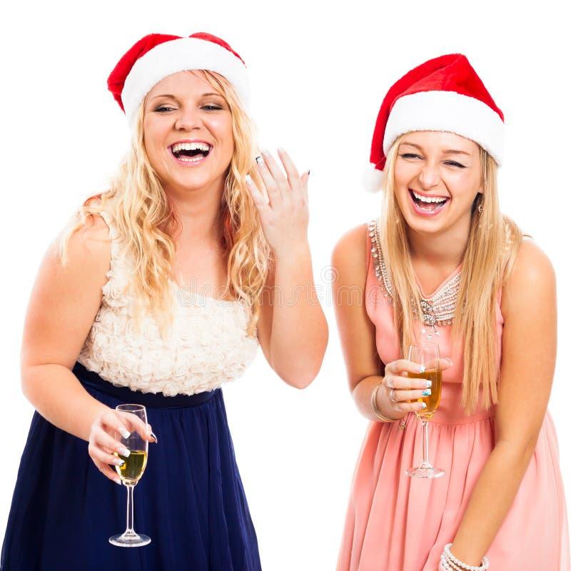 Lachende vrouwen die Kerstmis vieren stock foto's