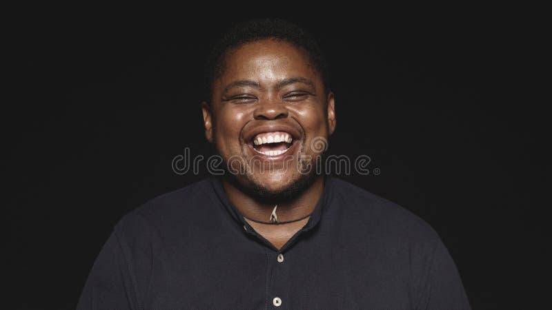 Lachender afrikanischer Transgendermann stockfoto