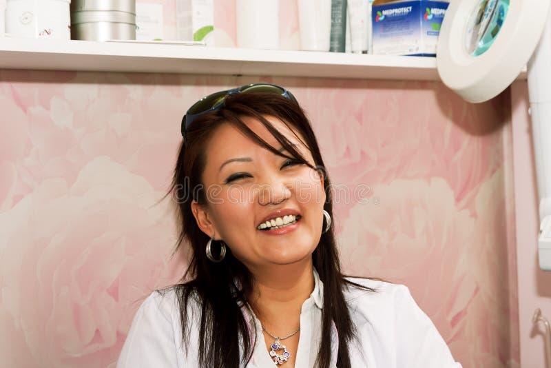 Lachender Cosmetologist lizenzfreies stockbild