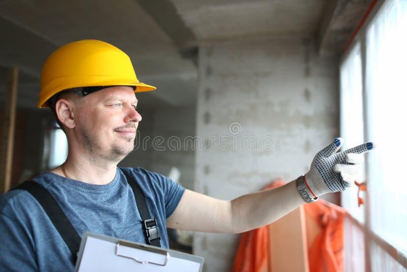 Lachender Erbauer in den Handschuhen stockfotografie