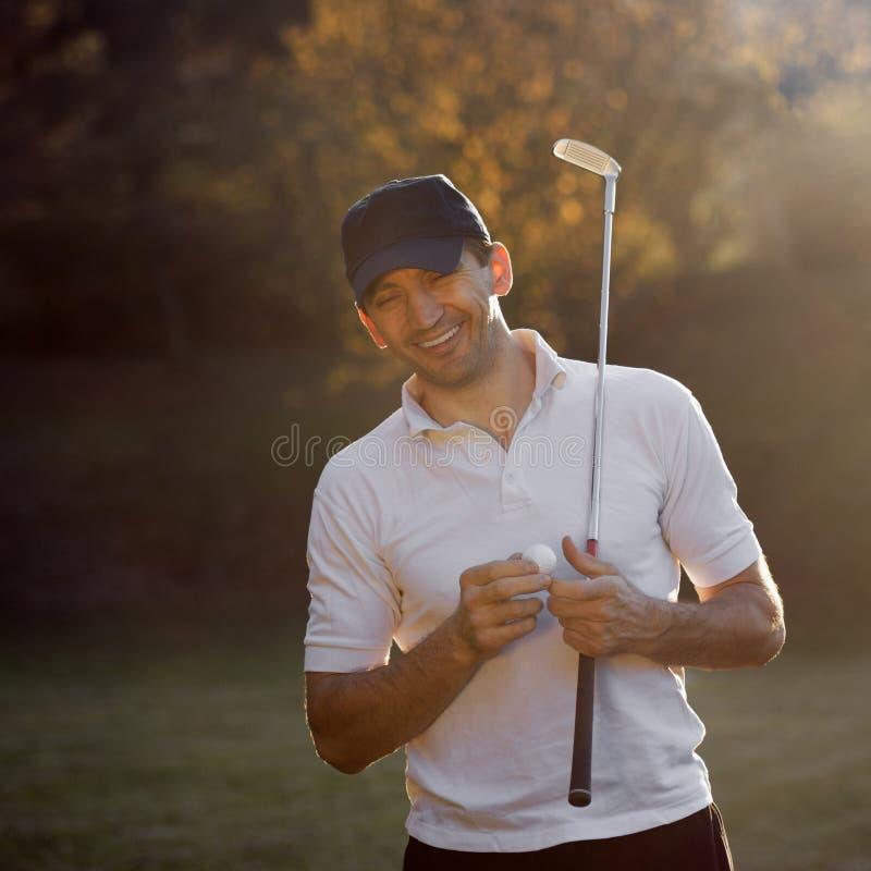 Lachender Golfspieler am Herbst stockbild