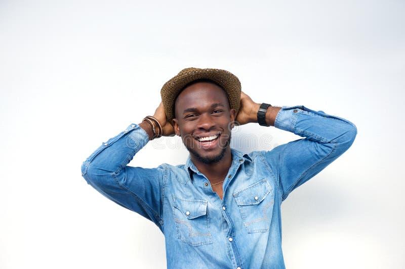 Lachender junger Mann mit dem Hut lokalisiert auf weißem Hintergrund lizenzfreies stockfoto