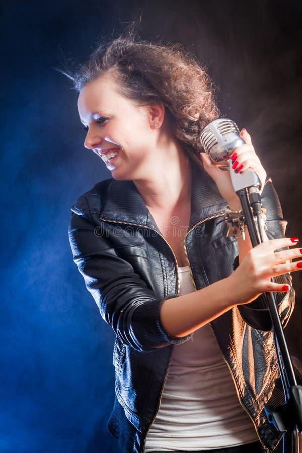 Lachender junger Sänger auf der Stufe lizenzfreies stockfoto