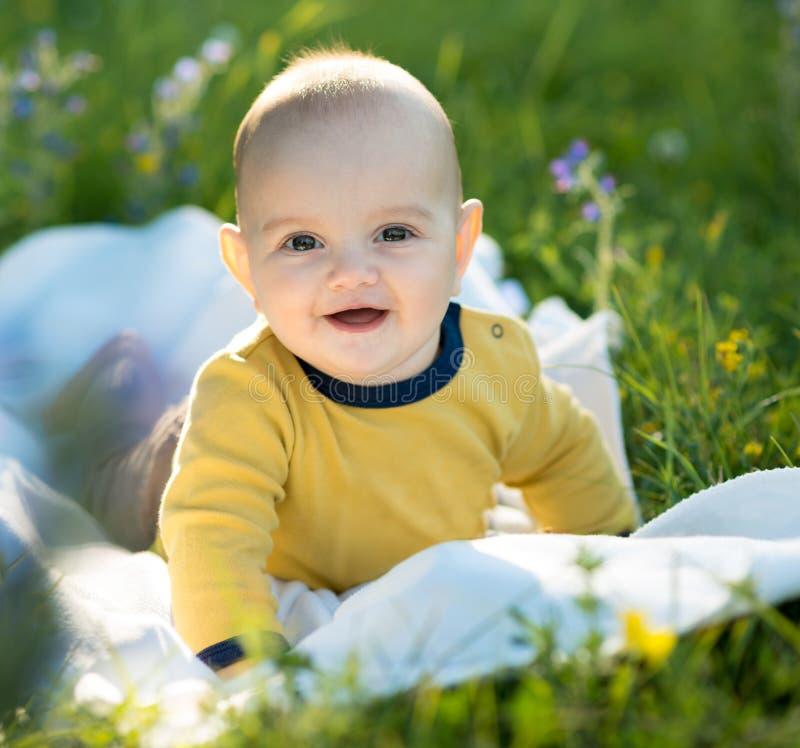 Lachender kleiner Junge, der auf Matte kriecht stockbild
