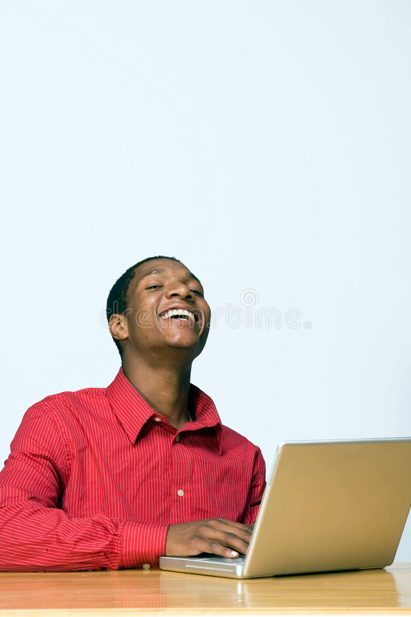 Lachender Kursteilnehmer auf Laptop - Vertikale lizenzfreie stockbilder