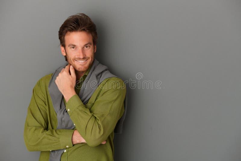 Lachender Mann, der an der Wand aufwirft lizenzfreie stockfotos